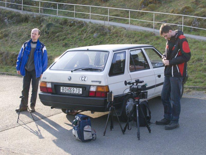 Natáčecí štáb před jeskyní Balcarka